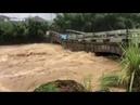 Мост рухнул в реку на востоке Китая