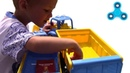Синий трактор везет в прицепе блокнот и ручку, а потом едет вокруг фонтана yura ra