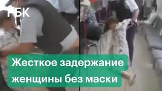 Женщину без маски скрутили в МФЦ Москвы. Видео задержания