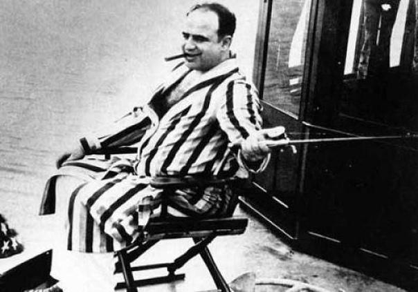 Так как Аль Капоне трудно было тратить полученные нечестным путём деньги под пристальным вниманием спецслужб, он создал огромную сеть прачечных с очень низкими ценами Было трудно проследить