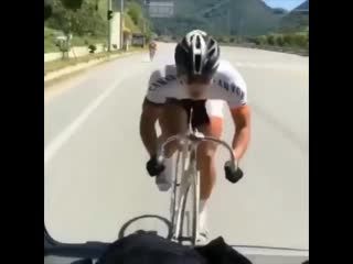Велосипедист едет со скоростью машины 🚴♂💨