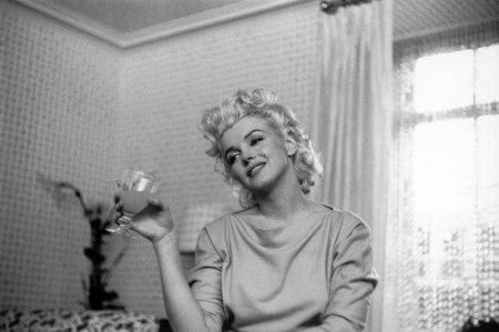 Ретро фотографии Мэрилин Монро Мэрили́н Монро американская актриса, певица и секс-символ прошлого века. Наверное нет никого, кто бы не знал эту прекрасную женщину. Мы же предлагаем посмотреть на