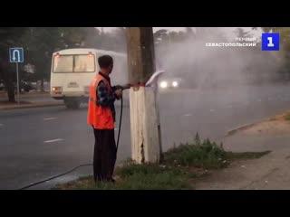 Под напором: в Симферополе рекламу со столбов смывают водои