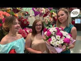 Подружки невесты покупают цветы на ЭкоРынке!