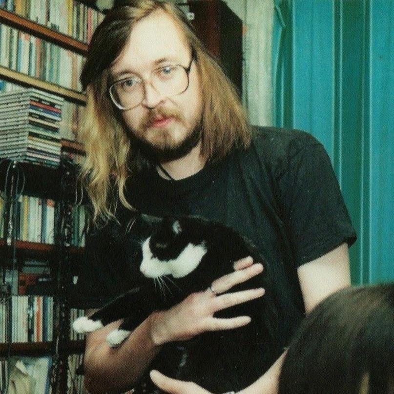 Котейка уверенно пысал в коридоре прямо в ботинок, неотрывно смотря влюбленными...