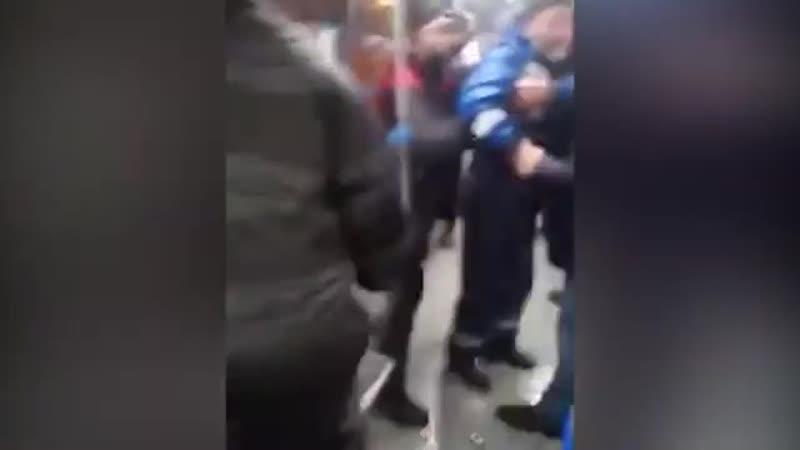 В Казани кондуктор ударил пассажира автобуса терминалом по челюсти