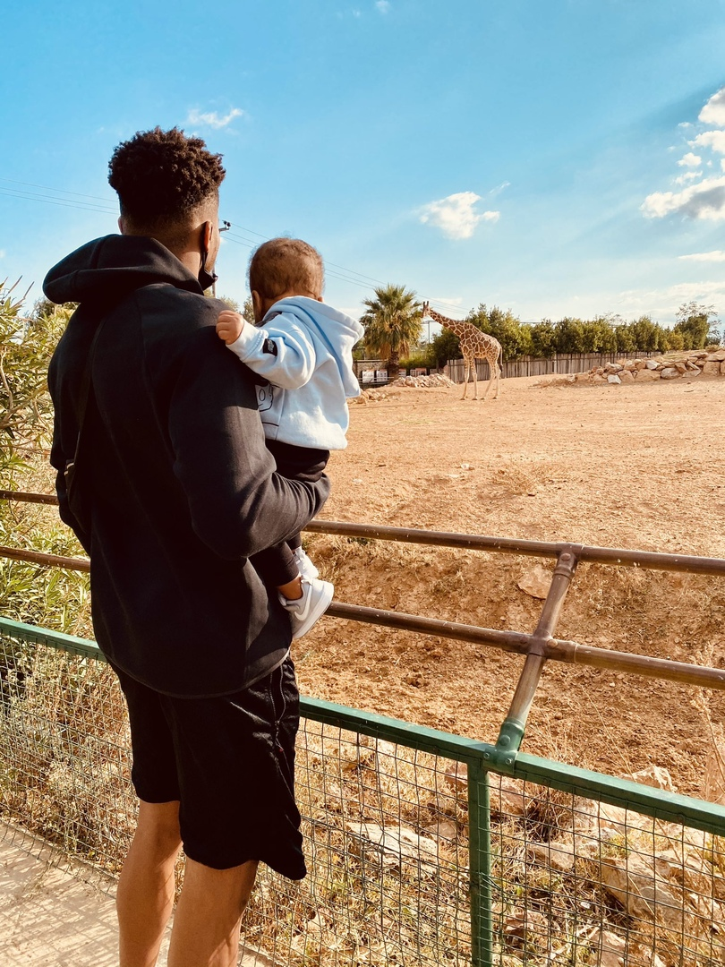 «Это джунгли, сынок». Яннис Адетокунбо опубликовал оригинальное фото со своим ребёнком