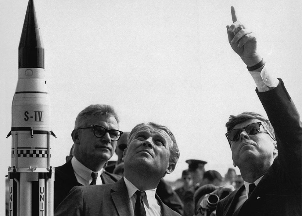 2) Немецкий ученый Вернер фон Браун рассказывает президенту Джону Кеннеди о ракете-носителе «Сатурн». Слева от фон Брауна - аминистратор НАСА Роберт Симанс (NASA)