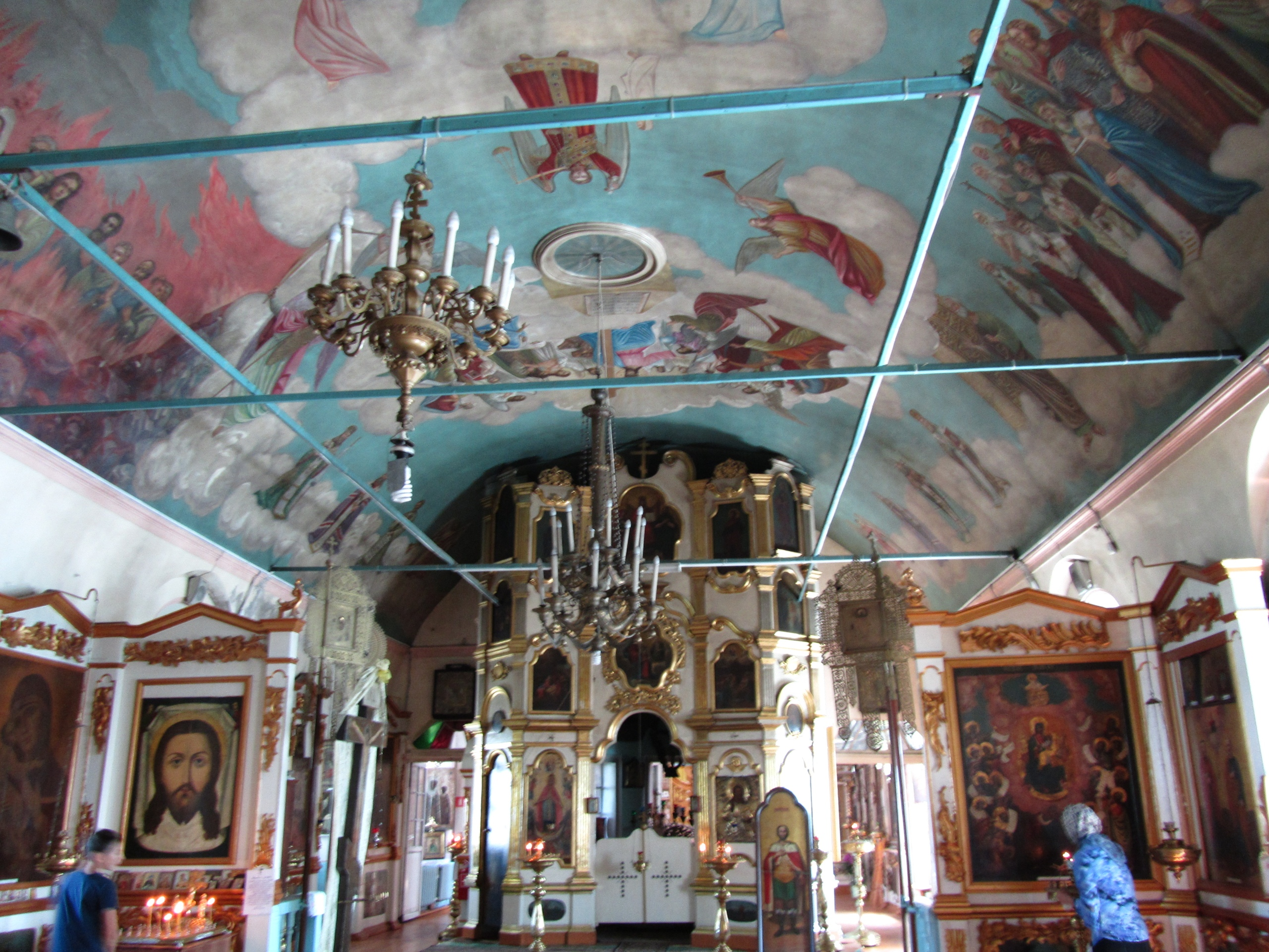 Узоры и кружева на стенах и потолках старинной церкви в селе Орёл