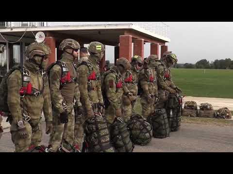 Офицеры СОБР Рысь и ЦСН Витязь ФСВНГ рассказывают о десантной подготовке и совершают прыжки