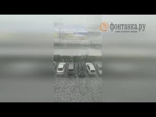 Град размером с яйцо в Петербурге бьёт машины и крыши
