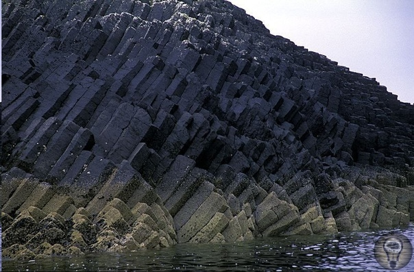 Великобритания. Фингалова пещера Необычная пещера на побережье о. Стаффа (Гебридские острова). Длина пещеры около 70 метров. Многогранные базальтовые столбы образуют удивительный внешний вид и