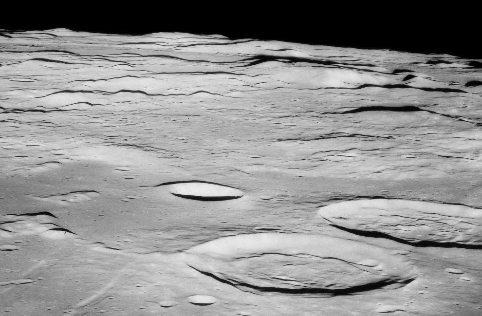 19) Прибытие на лунную орбиту. На снимке видны кратеры Сэбайн и Риттер 19 июля 1969 года. (NASA)
