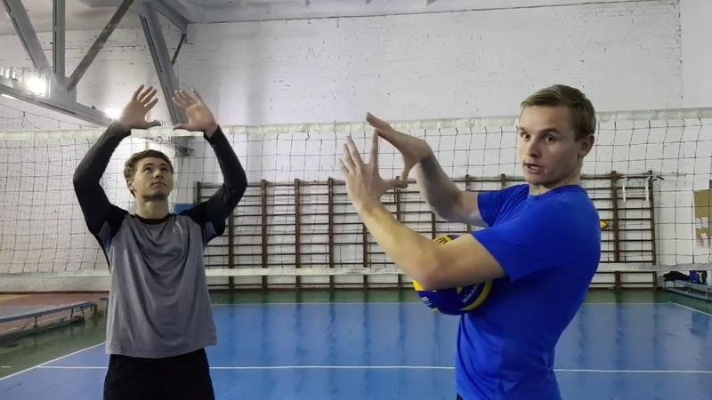 Обучение по волейболу. Передача мяча сверху и снизу. Упражнения в парах с двумя мячами.