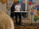 Александр играет на синтезаторе ямаха