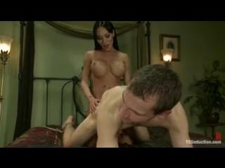 TS - Mia Isabella and Blake жарит парня в попу анальный секс трансы анал жопа