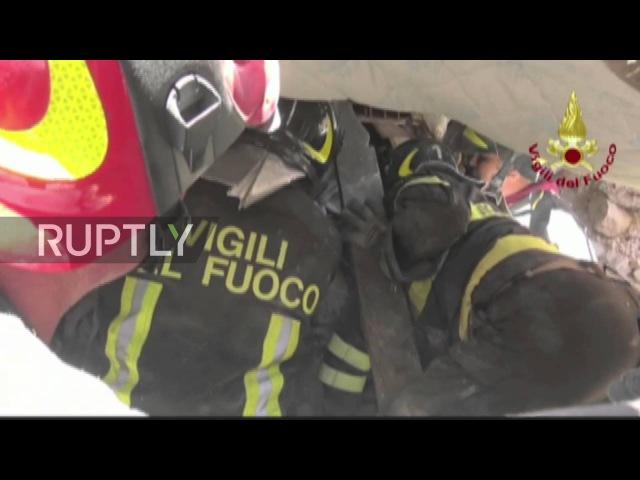 Италия Спасатели спасти детей от щебня в землетрясении пострадавшего Аматриче
