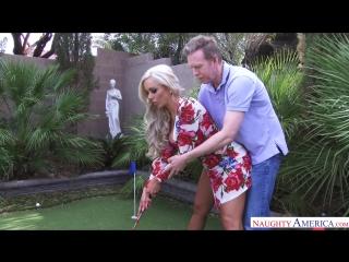 Великолепная подружка жены захотела потрахаться с ее мужем во время игры в гольф