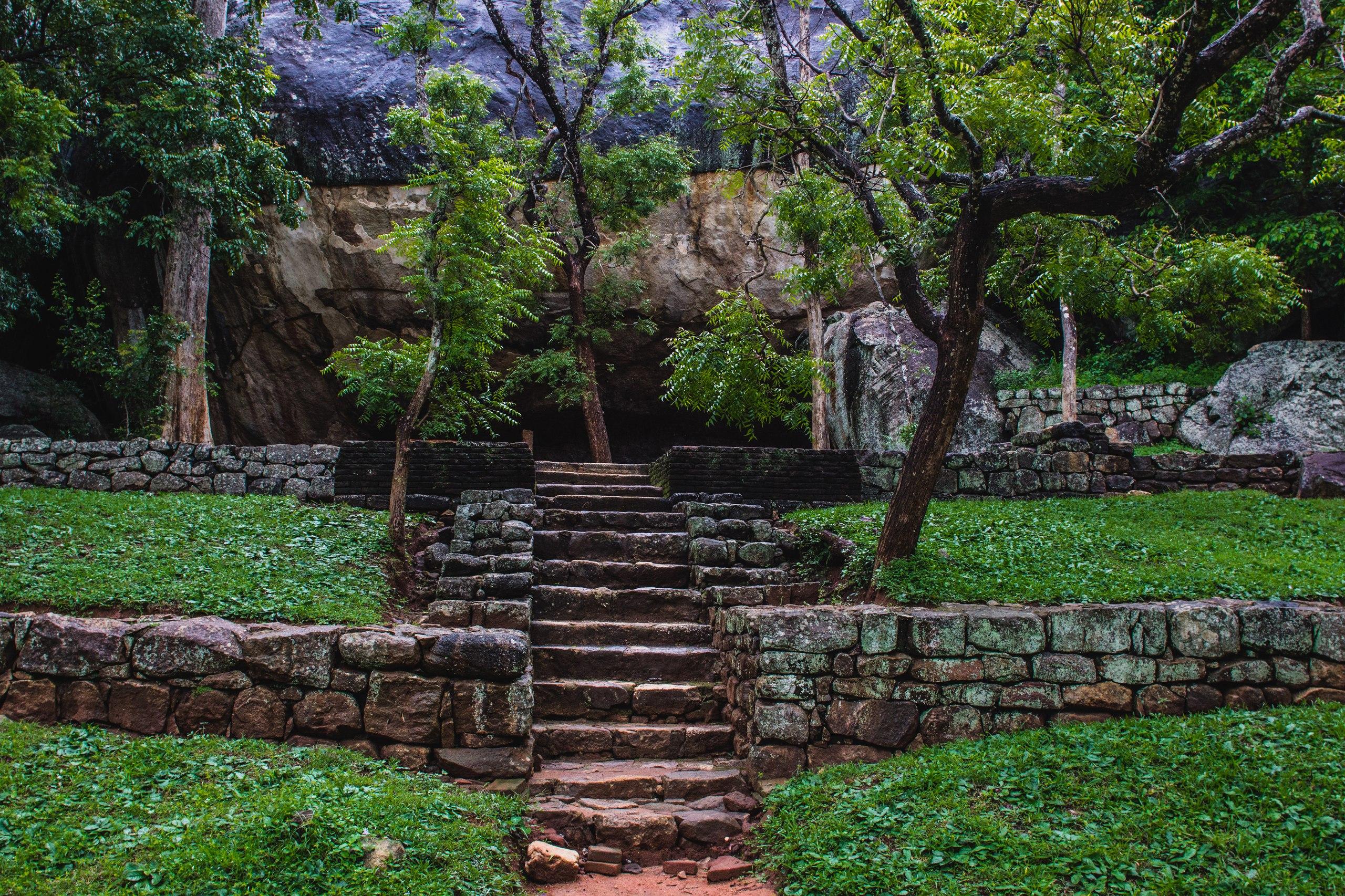Сады у подножия горы Сигирии