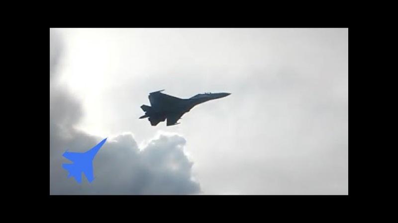 Винищувач Су-27 ЗСУ виконує «поворот на гірці» і «діжку» на малій висоті. Тетерівка, Україна
