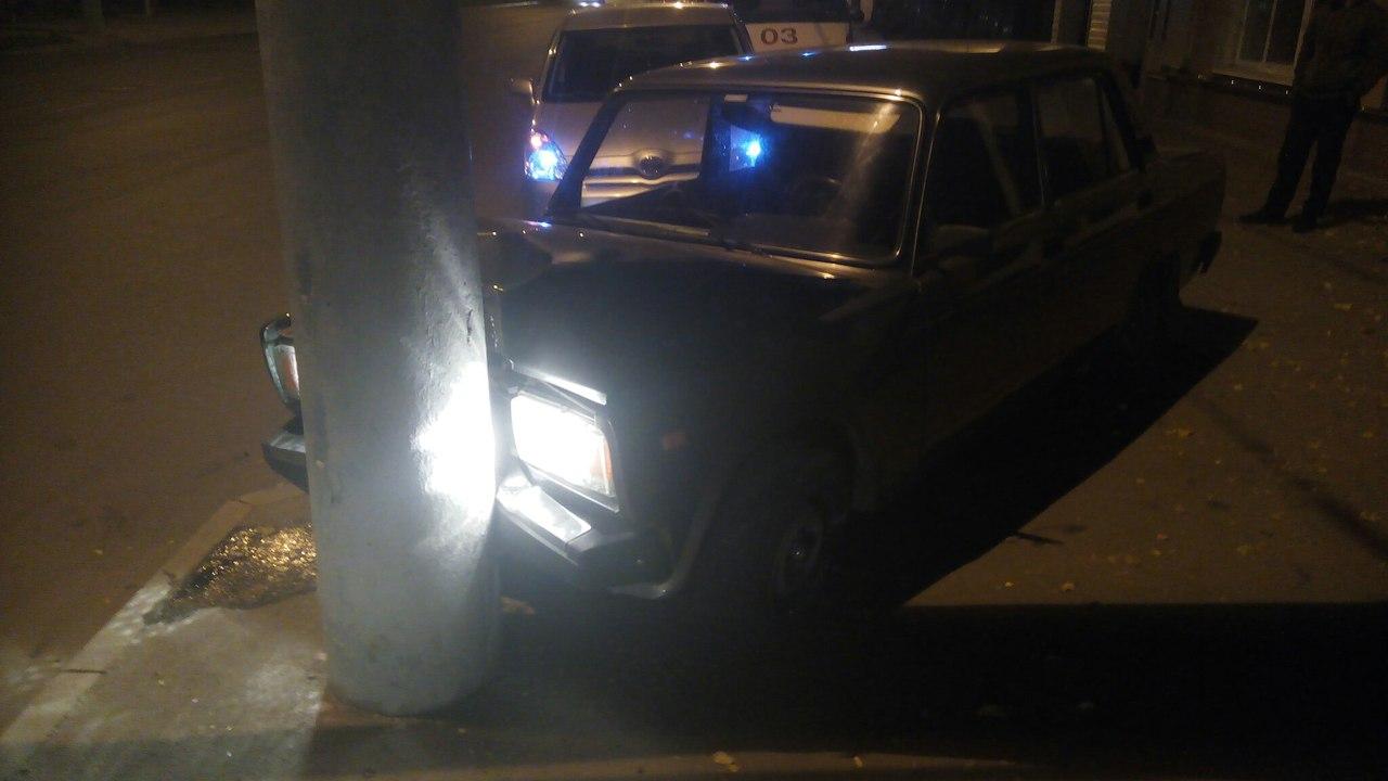 Появились фото аварии в Кургане, где водитель с пассажиркой сбежали с места ДТП