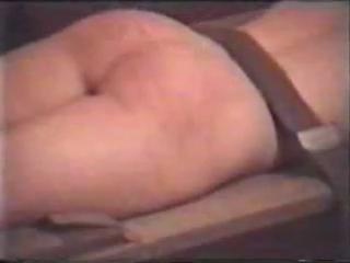 Порка розгой голой русской девушки, привязанной к носилкам, в подвале.