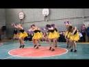 Гимнастический танец девочек из группы поддержки в школьном спортзале - Монатик Кружит