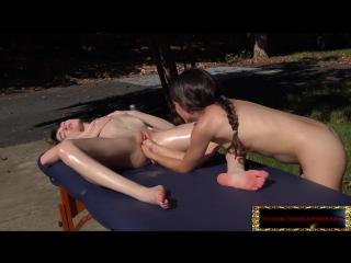 Худенькую девочку с розовой и влажной киской фистит подружка двумя ручками одновременно. Freya Von Doom, Ivy Aura