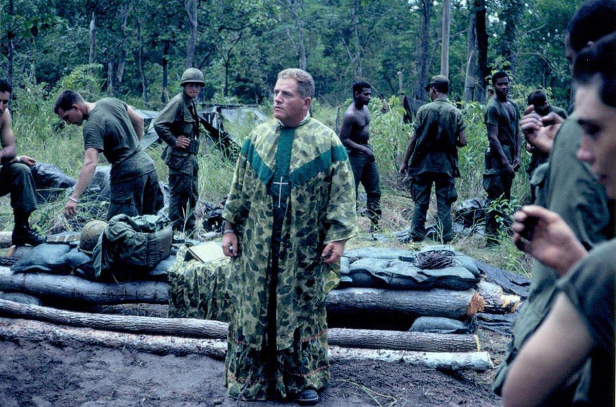 Американский капеллан в камуфлированной рясе во Вьетнаме, 1968 год.