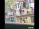В Караганде мальчик рискуя жизнью развешивал бельё на балконе второго этажа