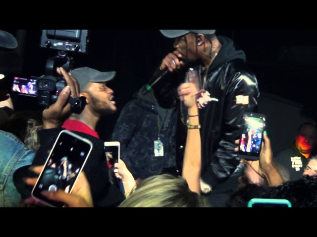 Drunk fan gets to keep Travis $cott's hat after finishing the song for him
