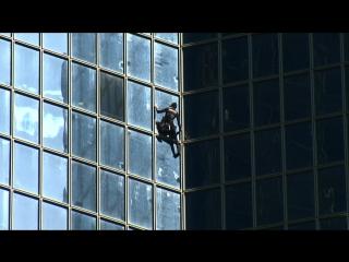 Alain robert, el conocido como 'spiderman francés', escala un edificio de 190 metros en parís