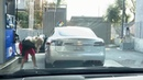 блондинка и Tesla на заправке Blonde woman tries to fill up a Tesla Model S with gas