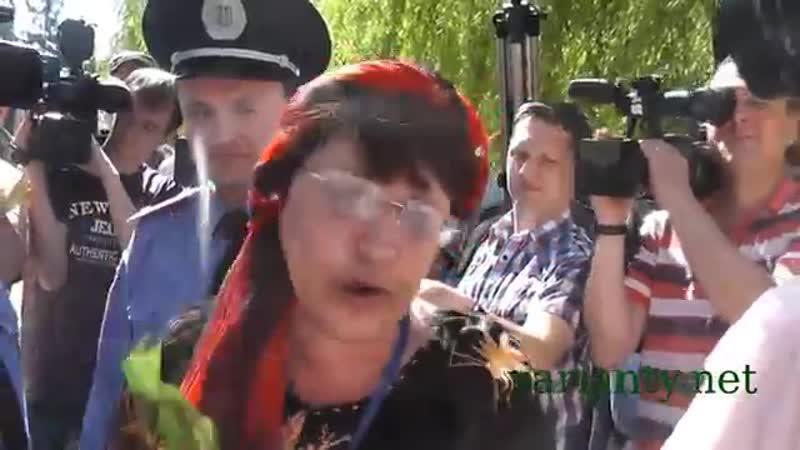 Олена Бойко після розгортання червоного прапора на Пагорбі Слави