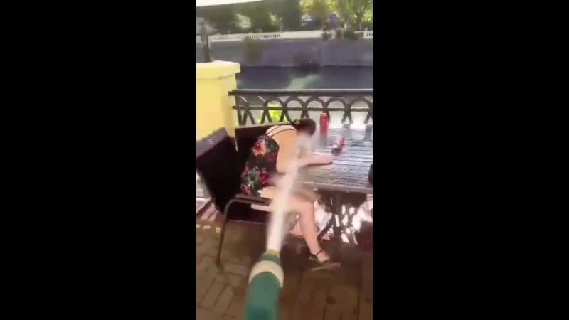Так прогоняют пьяных посетителей кафе в Сочи