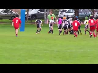 9 летний регбист, не замечающий своих соперников 9 year old rugby