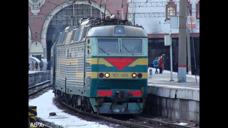 Зелёный электровоз ЧС7 056 с пассажирским поездом на Казанском вокзале