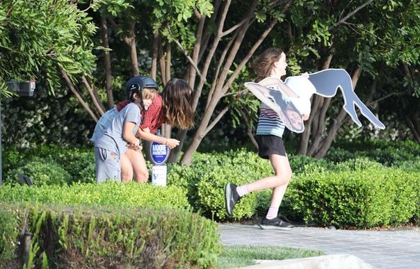 Что означает картонная Ана де Армас на лужайке перед домом Кого троллит актриса