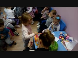Машенька ведет счет на английском языке от 1 до 10 (ясельная группа детского сада)