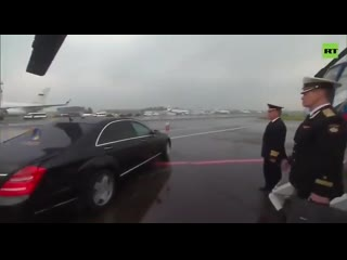 Путин в Братске пересаживается из самолёта в вертолёт, чтобы лететь в Тулун. Так вот 50 метров от самолёта к вертолёту он ЕДЕТ.