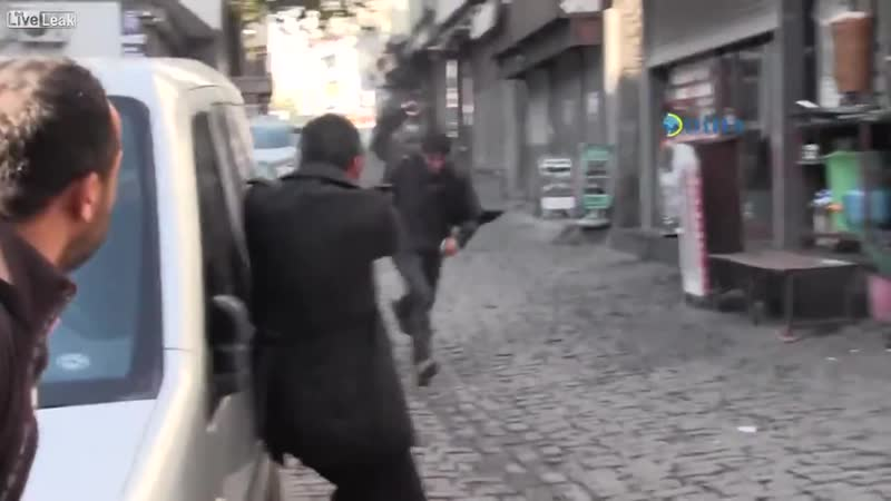 La police turque assassine en direct Tahir Elci en feignant de le protéger