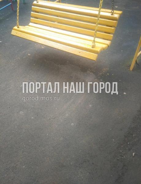 Качели в Ташкентском переулке починили по просьбе жителя