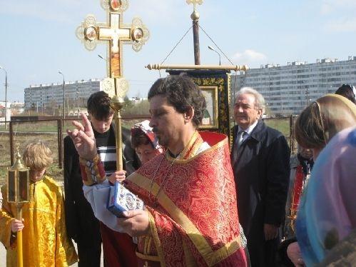 Сегодня, в годовщину смерти первого настоятеля храма в городе Коммунар, протоиерея Константина Виноградова, наши священники и прихожане отслужили панихиду у могилы отца Константина.
