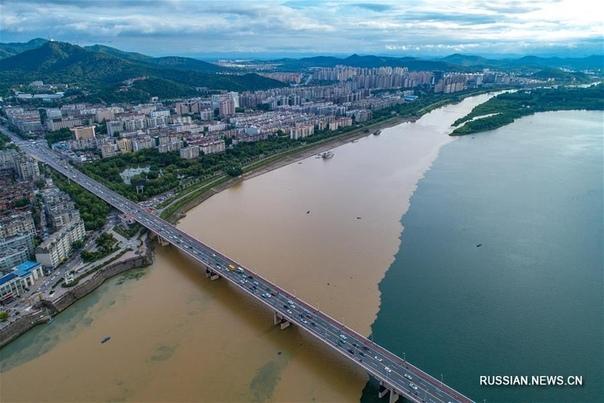 Наполовину чистая, наполовину мутная река Ханьцзян.