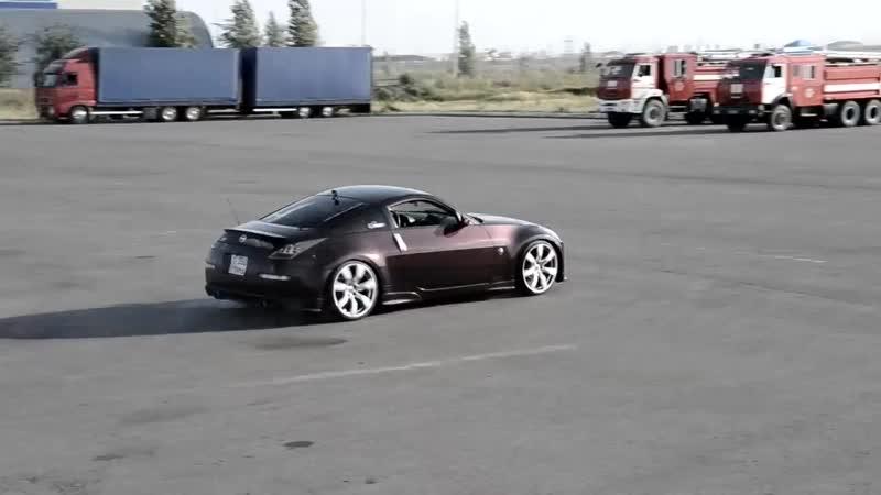 Девушка дрифтует на Nissan 350Z