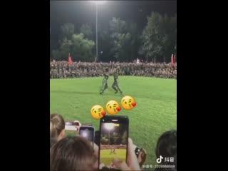 Китайские студенты классно танцуют на военных сборах