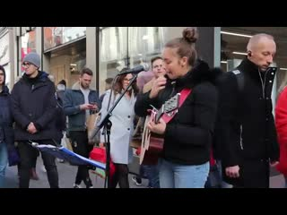 Allie Sherlock спела на улице трек Justin Bieber - Mistletoe