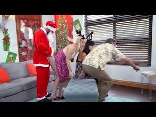 Родители не видят как их дочь поимел дед мороз в новый год, секс нг. девушка течёт в порно. christmas adult and parents sex