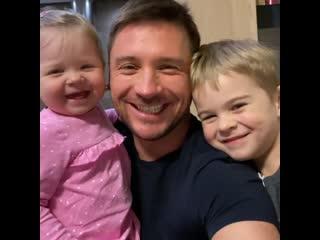 Сергей Лазарев с детьми призвал всех оставаться дома