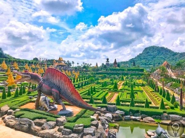 Тропический парк Нонг Нуч, Таиланд. Долина динозавров Долина динозавров представляет собой огромную скалу, на которой расположились древние животные. Динозавры выполнены в полный рост, к ним